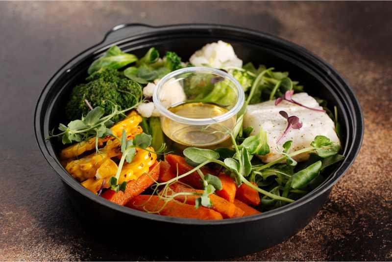 Салат-боул с палтусом и овощами